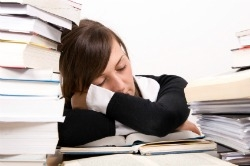 college-students-who-sleep-in-drink-more-and-have-lower-gpas-11061601